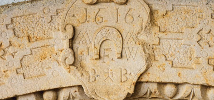 Das Pfaffmann-Hufeisen am Torbogen zum Weingut