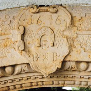 Das Pfaffmann-Hufeisen im Wappen am Torbogen
